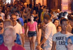 How many people live in Marmaris